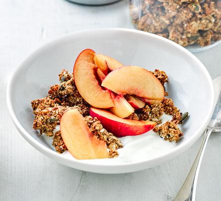 Crunchy oat clusters with peach & yogurt