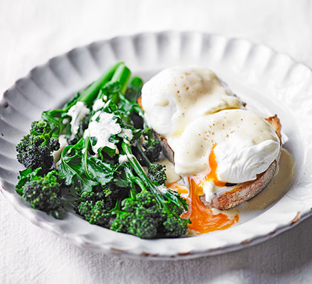 Purple sprouting broccoli, poached eggs & hollandaise